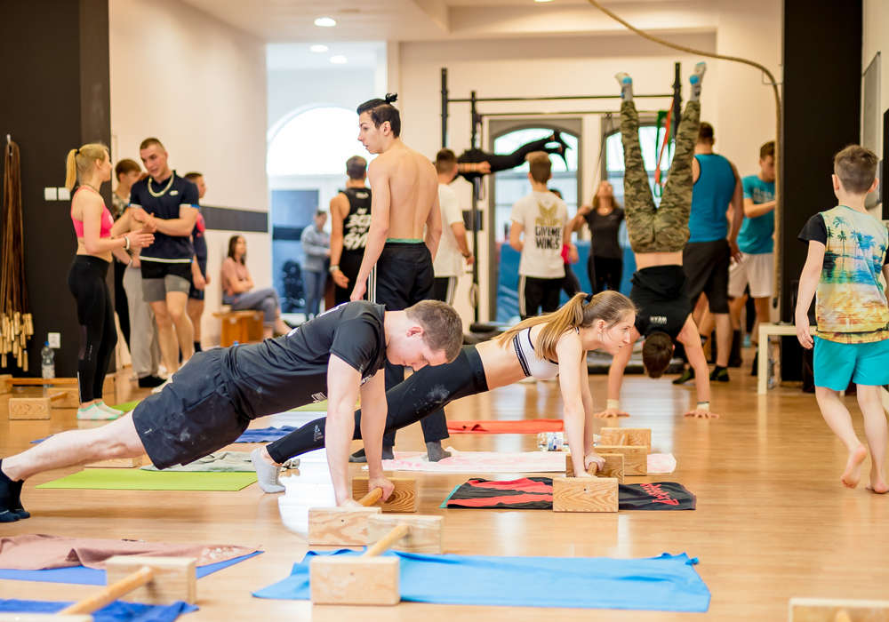 https://calisthenicsacademy.pl/uploads/images/treningi/treningigrupowe.jpg